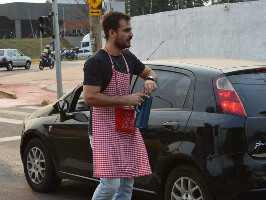 Ele diz que chega a vender 4 garrafas de café por dia, ou seja, cerca de 60 copinhos. (Foto: Thailla Torres)