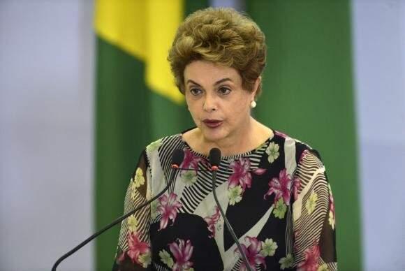 Dilma Rousseff na cerimônia de liberação de recursos para investimento em pesquisas e ações de combate ao Aedes aegypti (Foto: José Cruz/Agência Brasil)