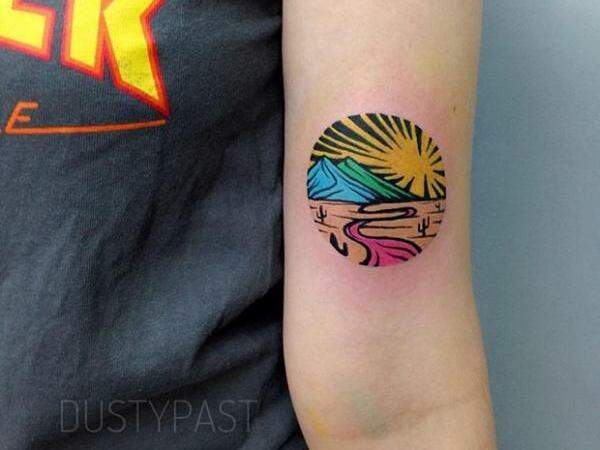 Tatuagem inspirada em xilogravura é colorido intenso e diferente na pele