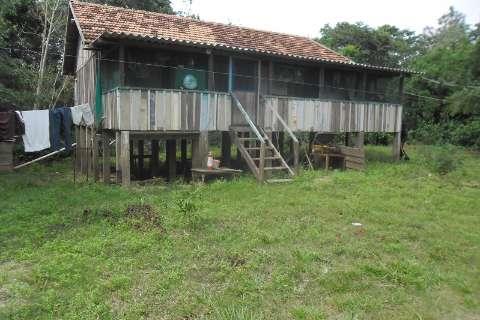 Rancho irregular às margens do Rio Miranda destrói matas ciliares é interditado