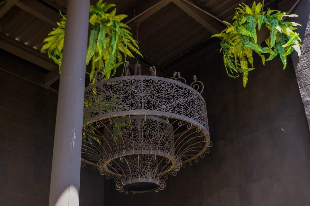 Lustre de ferro, elemento que nunca falta na decoração e estilo da casa noturna. Henrique Kawaminami)
