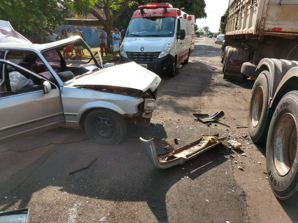 O condutor perdeu o controle da direção e colidiu na roda do caminhão bitrem. (Foto: Direto das Ruas)