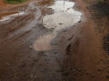 Quando chove a lama toma conta da rua. (Foto: Direto das Ruas)