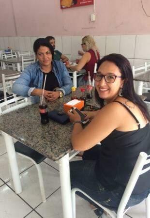Michele e Karla momentos antes de almoçarem pela primeira vez no restaurante. (Foto: Thaís Pimenta)