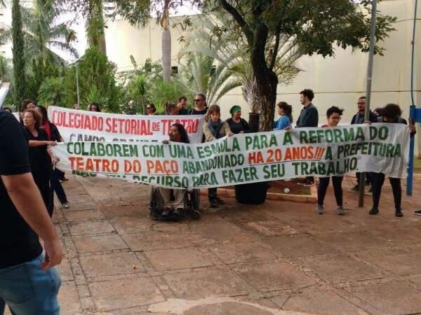 Mais de trinta artistas foram para a frente do Paço Municipal protestar na manhã desta quinta-feira (Foto: Richelieu de Carlo)