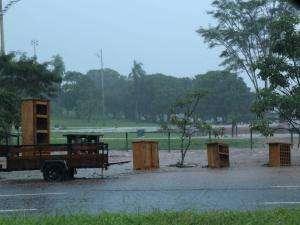 Motoristas ilhados e móveis rodando na Via Parque são efeitos da chuva