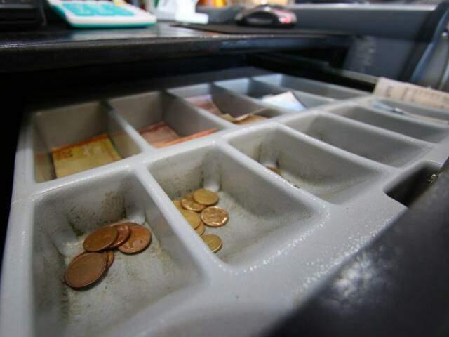 Espaços para moedas em caixa de supermercado estão quase vazios (Foto: André Bittar)