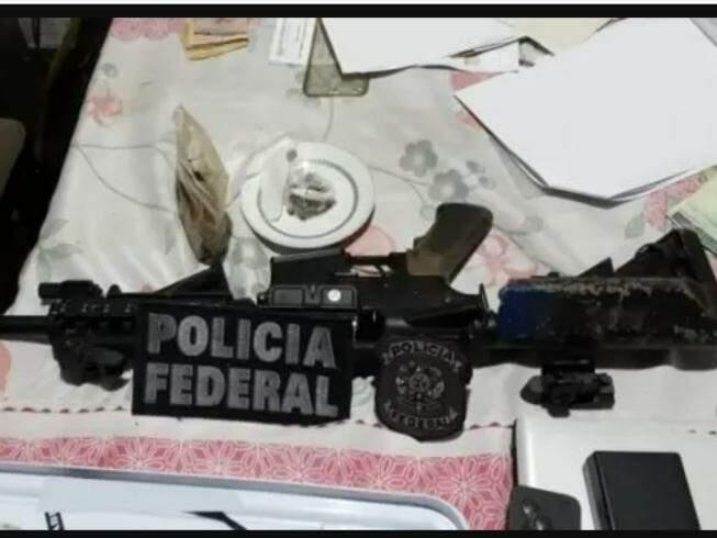 Arma apreendida em um dos locais onde foram feitas buscas (Foto: PF/Divulgação)
