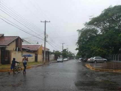 Cidade tem 30 milímetros de chuva, mas volume do mês está longe da média