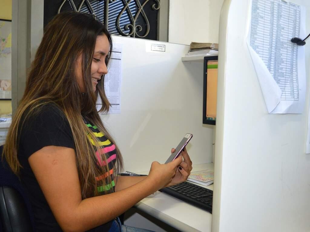 Taynara Menezes, também é estagiária do Campo Grande News e divide as broncas. (Foto: Kimberly Teodoro)