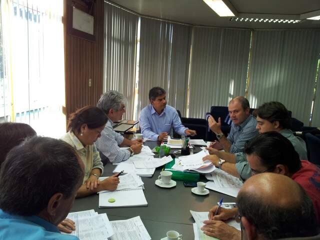 Junto ao secretário de Obras, João Antônio de Marco, e à técnicos da Seintrha, Nelson Trad Filho fez avaliação positiva das ações (Foto: Divulgação)