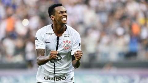 Com gol irregular, Corinthians volta a vencer e dispara na ponta do Brasileirão