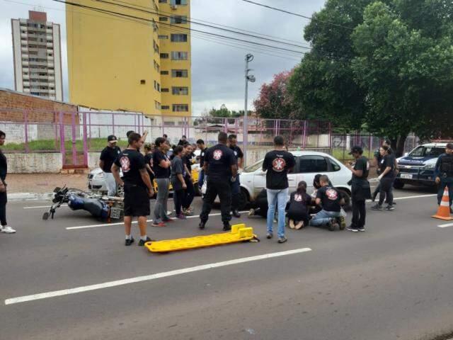 Alunos da escola simulando o atendimento das vítimas. (Foto: Humberto Marques)