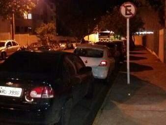 Na imagem, é possível ver os veículos estacionados em local proibido (Foto: Direto das Ruas)