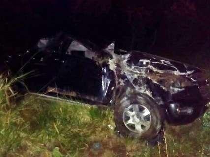 Camionete bate em anta, capota e duas pessoas ficam feridas na BR-267