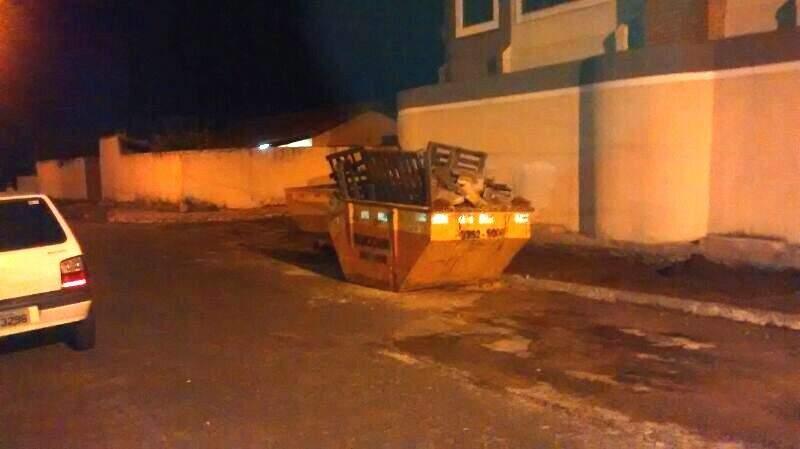 Caçambas já estão cheias, mas ainda não foram descarregadas. (Foto: WhatsApp)