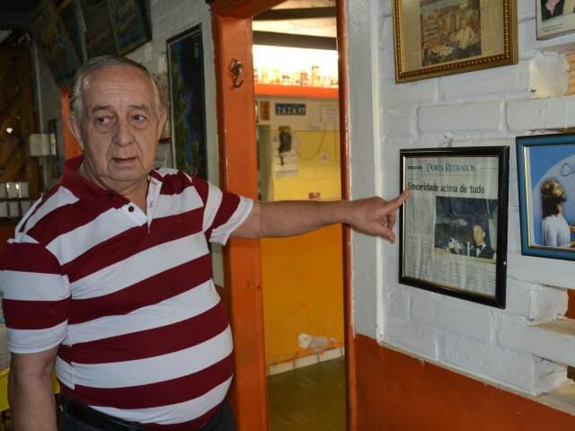 Isaías mostra reportagem de jornal sobre a casa, uma tradição de Campo Grande.