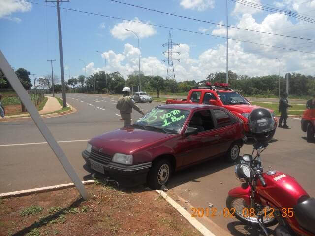 Carro quase derrubou placa de sinalização (Foto: Elias Ferreira)