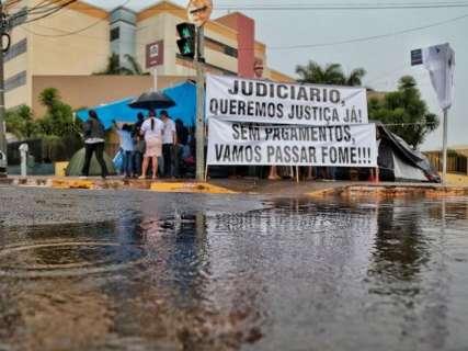 Nem chuva intimida trabalhadores que fazem protesto em frente ao Fórum