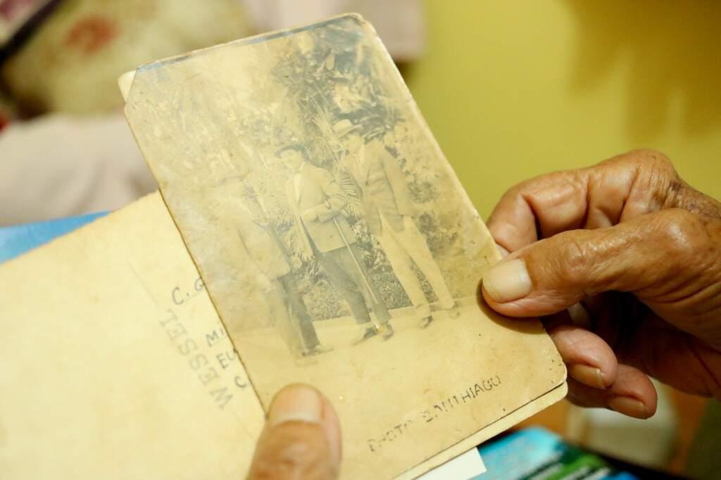 Na foto desgastada, o homem à direita era patrão do seu pai e dono da fazenda virou São Gabriel do Oeste. (Foto: Kimberly Teodoro)