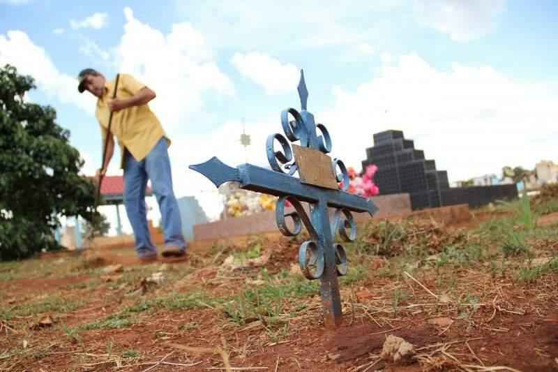Famílias aproveitaram dias que antecedem Dia dos Finados para limpar túmulos. (Foto: Marcos Ermínio)