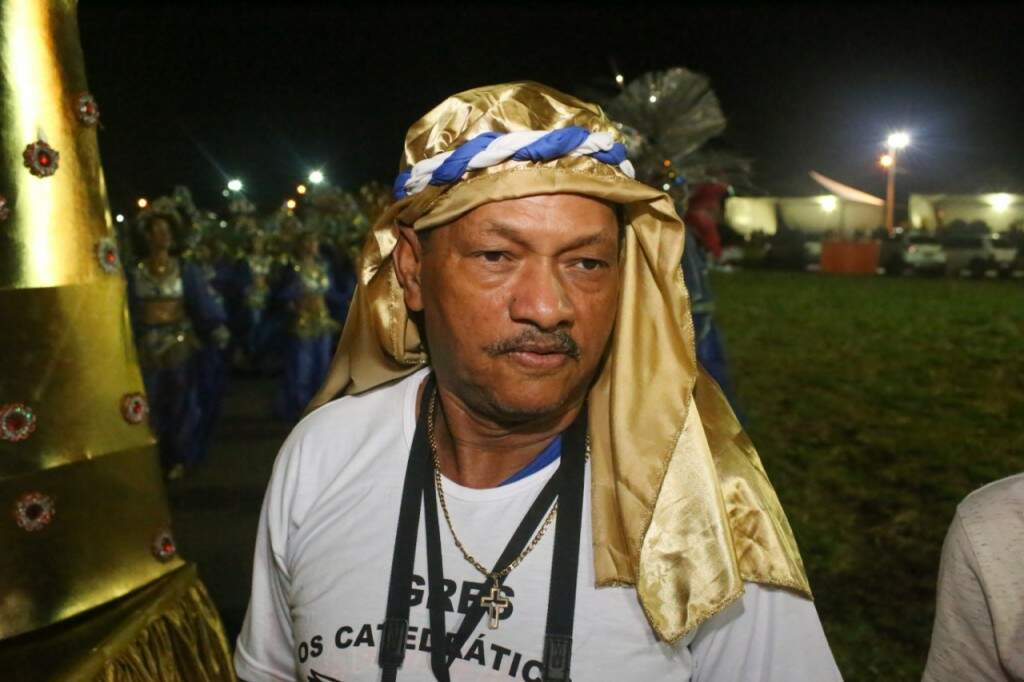 Colaborador da ala das baianas, Ney acompanha de perto os últimos detalhes antes de entrar na avenida (Foto: Paulo Francis)