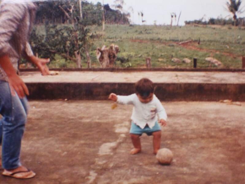 Vanderlúcio aprendeu a jogar bola assim que foi capaz de se equilibrar nos próprios pés (Foto: Arquivo pessoal)