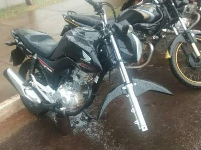Moto teve a roda dianteira furtada em frente ao shopping Campo Grande (Foto: Direto das Ruas)