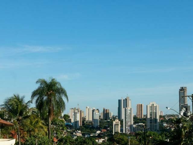 Céu claro em Campo Grande no início desta manhã. (Foto: Henrique Kawaminami)