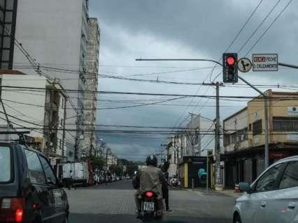 Manhã escurece em Campo Grande e anuncia dia sem trégua da chuva