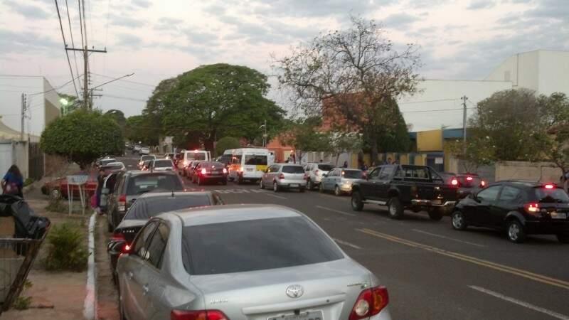 Pais de alunos acabam bloqueando trânsito da via (foto: Luciano Belelatti)