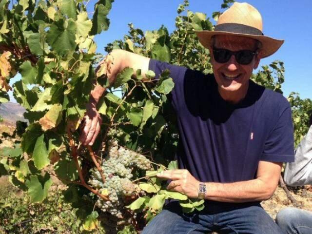 Paulo em sua propriedade, em Portugal, onde produz 30 mil garrafas de vinho por ano. (Foto: Arquivo pessoal)