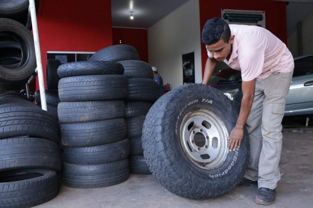 """Matheus barros não é """"pneu-mologista"""" mas, sabe muita coisa de pneus (Foto: Kísie Ainoã)"""