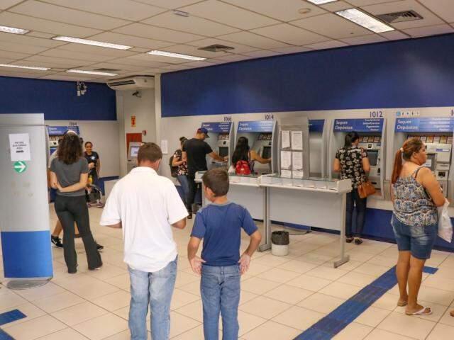 Movimentação de clientes em agência da Caixa em Campo Grande (Foto: Kísie Ainoã/Arquivo)