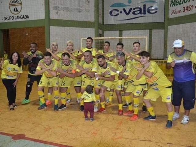 Equipe comemorando título de campeã sul-mato-grossense de futsal (Foto: A Boa Rolou/Facebook)