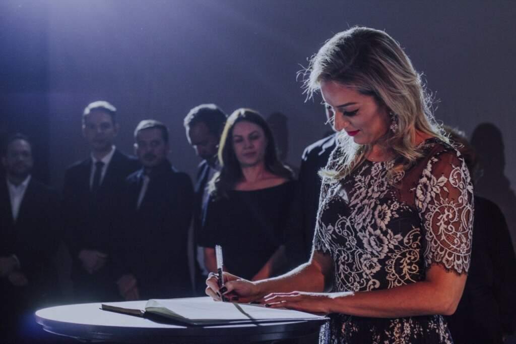 Ato de assinatura da Reitora Mariana Zauith (Foto: Unigran Capital)
