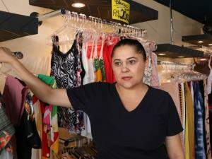 Antônia trabalha em loja com ar condicionado (Foto: Henrique Kawaminami)
