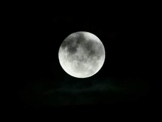 A superlua, em um dos poucos momentos em que foi visível no céu nesta noite