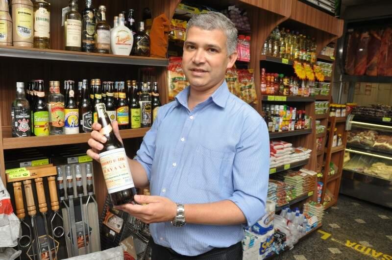 Natanael conta que pessoas vem de outras cidades buscar especiarias no seu açougue. (Foto: Marcelo Calazans)