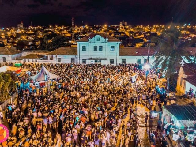 Carnaval na Esplanada Ferroviária reúne cerca de 30 mil foliões. (Foto: Vaca Azul)