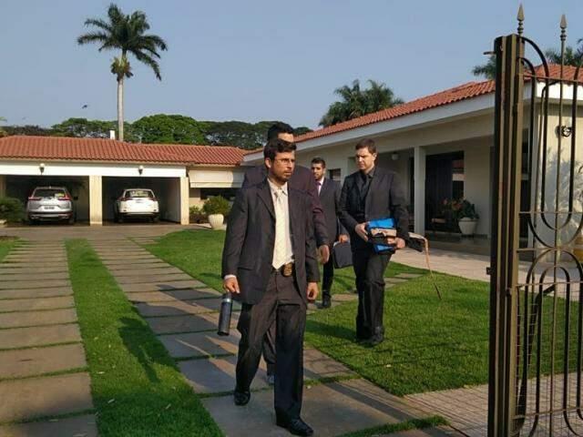 Agentes da PF deixam casa do deputado Zé Teixeira em bairro nobre de Dourados (Foto: Adilson Domingos)