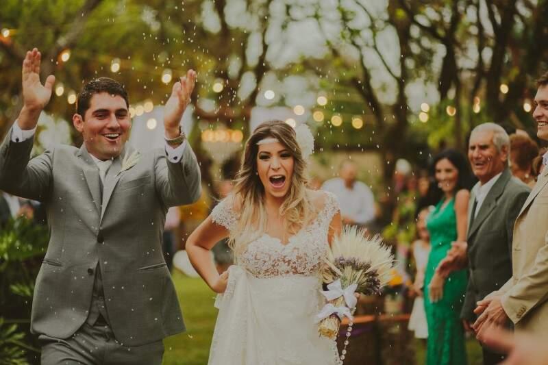 """Os noivos se sentiram em casa na cerimônia que os tornou """"marido e mulher"""". (Foto: Allan Kaiser)"""