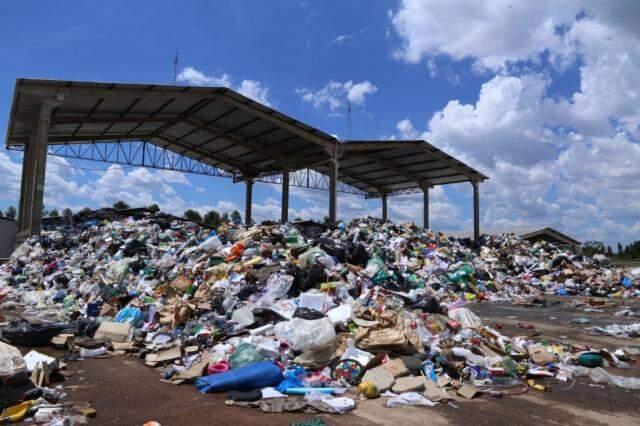 Montanhas deixadas pelos caminh'oes na unidade de tratamento de resíduos em Campo Grande. (Foto: Kísie Ainoã)
