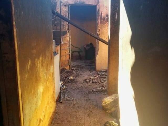 Residência onde incêndio destruiu os pertences de uma família, no Parque Lageado, no dia 10. (Foto: Fernando Antunes)