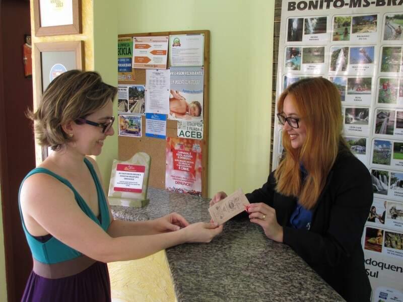 Clientes e população em geral podem pegar um pacotinho de sementes no hotel. (Foto: Willian Yudi)