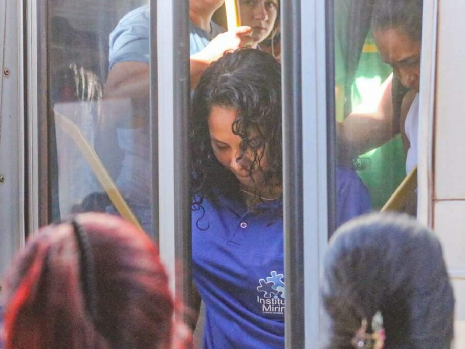 O desembarque também é complicado, já que da plataforma, passageiras tentam garantir lugar para entrar pelas portas de trás do ônibus (Foto: Marcos Maluf)