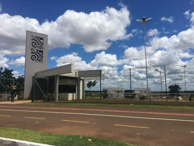 Entrada da unidade da Uems em Campo Grande. (Foto: Guilherme Henri/Arquivo)