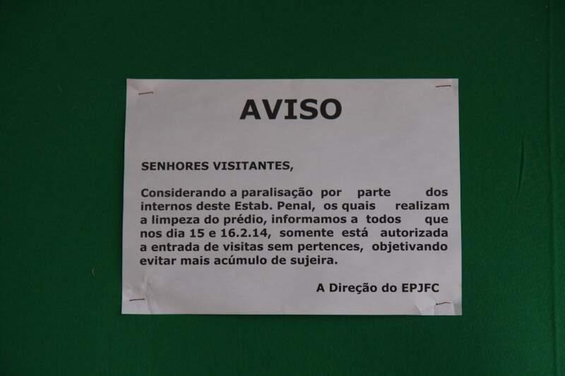 Aviso de proibição de entrada com pertences como comida, cigarro ou outros pegou visitantes de surpresa (Foto: Cleber Gellio)
