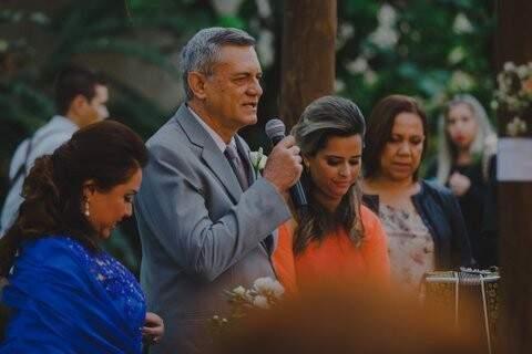 Pais de Tatiana dando a benção ao casal. (Foto: Allan Kaiser)