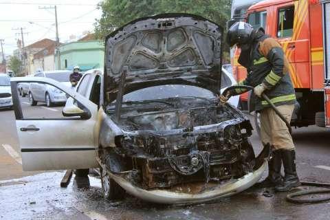 Fogo destrói veículo e trânsito fica tumultuado na 13 de Maio